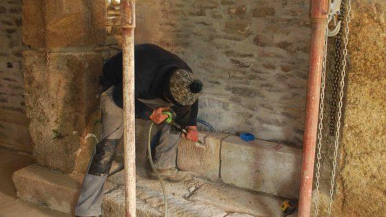 Cheminée en pierre de taille : incrustation d'un prise électrique dans la pierre